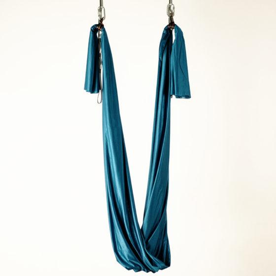 columpio de yoga azul petroleo